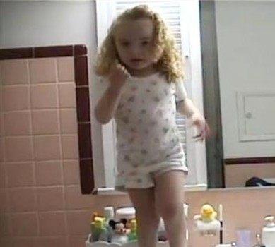 Ona uživa u životu: Pogledajte kakav je show napravila ova curica pred ogledalom