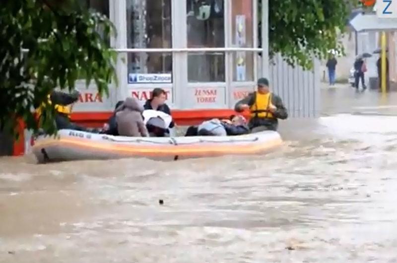 Heroji u čamcima: Kako građani Žepča pomažu jedni drugima
