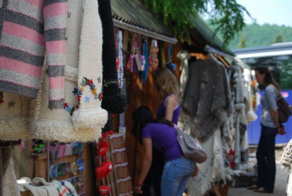 Sirogojno-tourists-buy