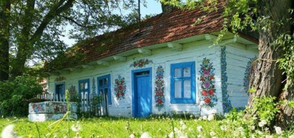 Prekrasno selo ukrašeno cvjetnim motivima